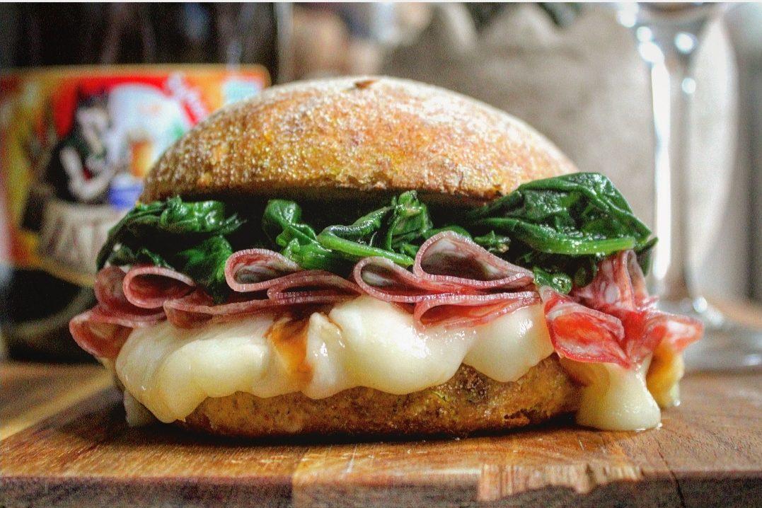 Panino di segale con scamorza salame e spinaci