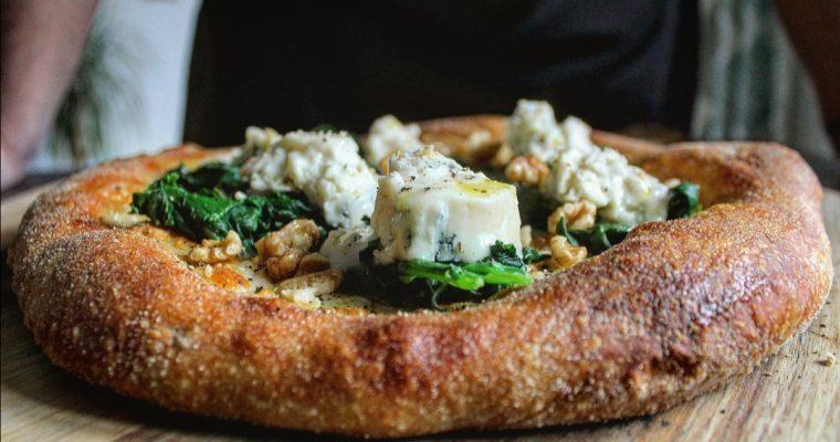Pizza bianca con spinaci gorgonzola e noci
