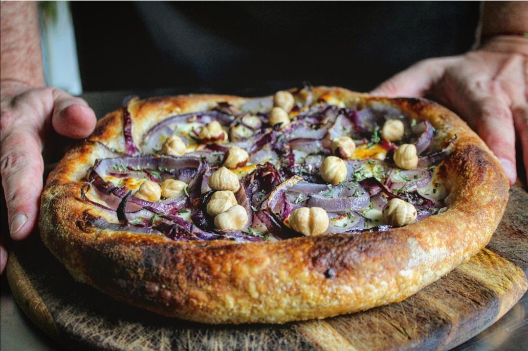 Pizza stracchino cipolla rossa nocciole e rosmarino