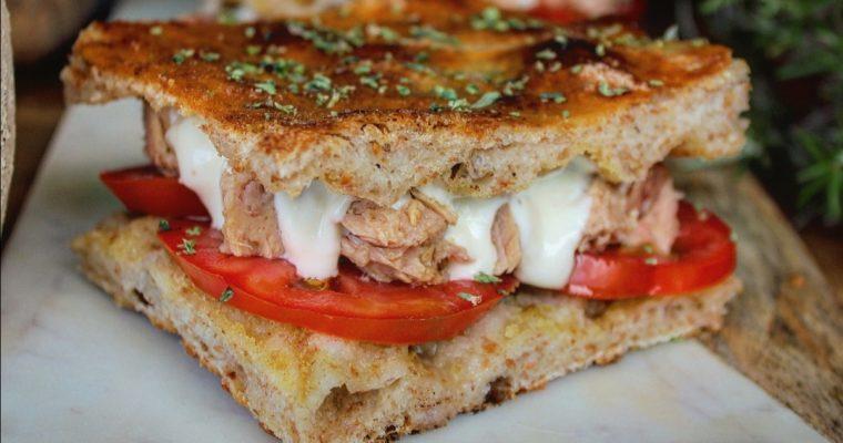 Focaccia al farro con tonno pomodoro e salsa allo yogurt