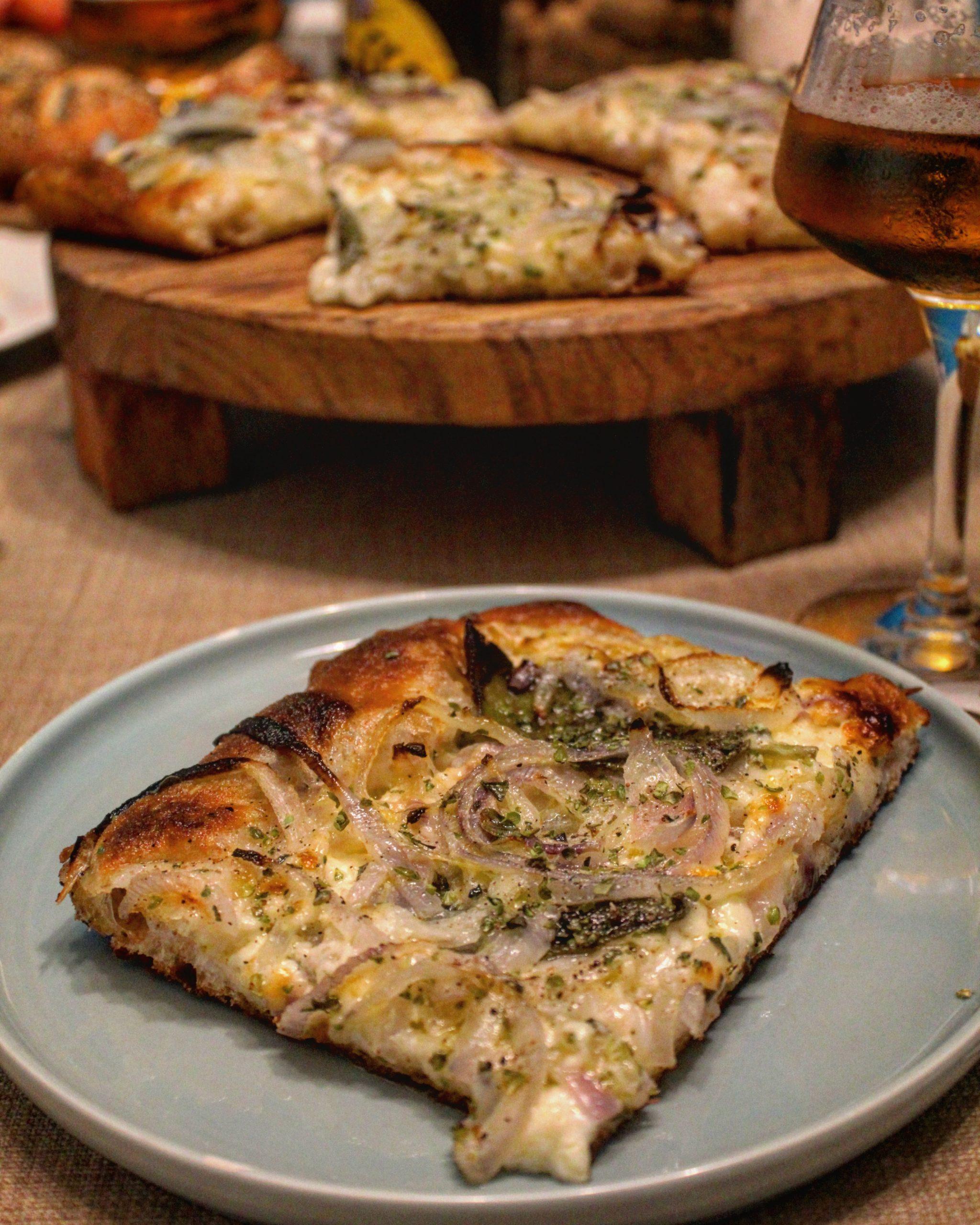 Pizza con le cipolle stracchino e salvia