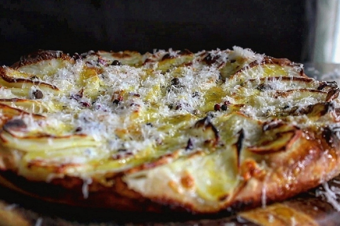 Pizza patate pepe e pecorino