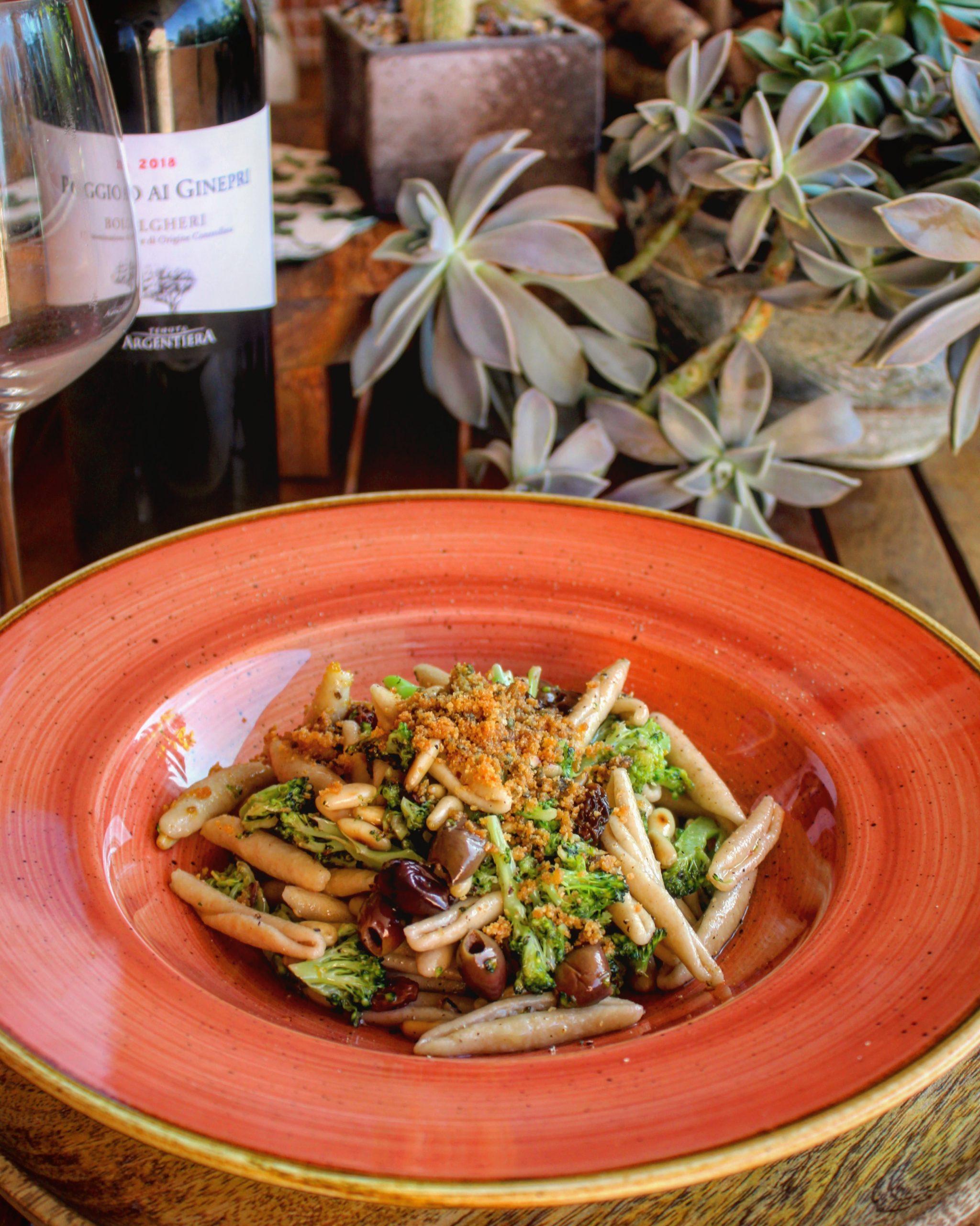 Maccheroni con broccoli taggiasche pinoli uvetta e mollica tostata