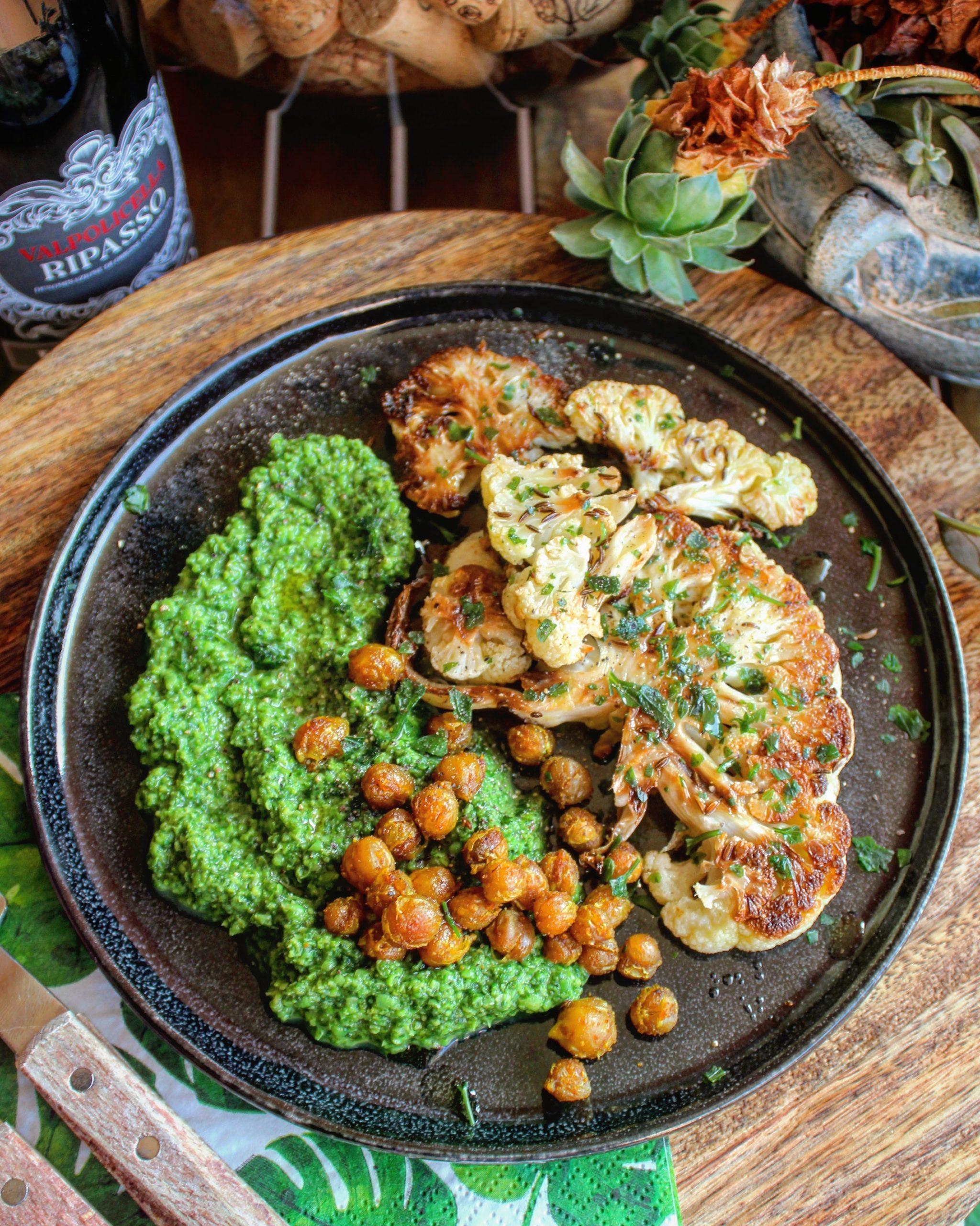 Cavolfiore arrosto con ceci croccanti e hummus di piselli e spinaci