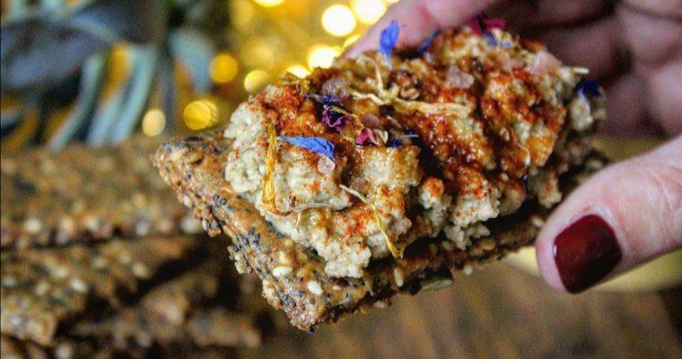 Cracker di semi e hummus di lenticchie