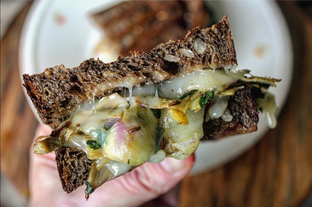 Sandwich carciofi menta e caciocavallo