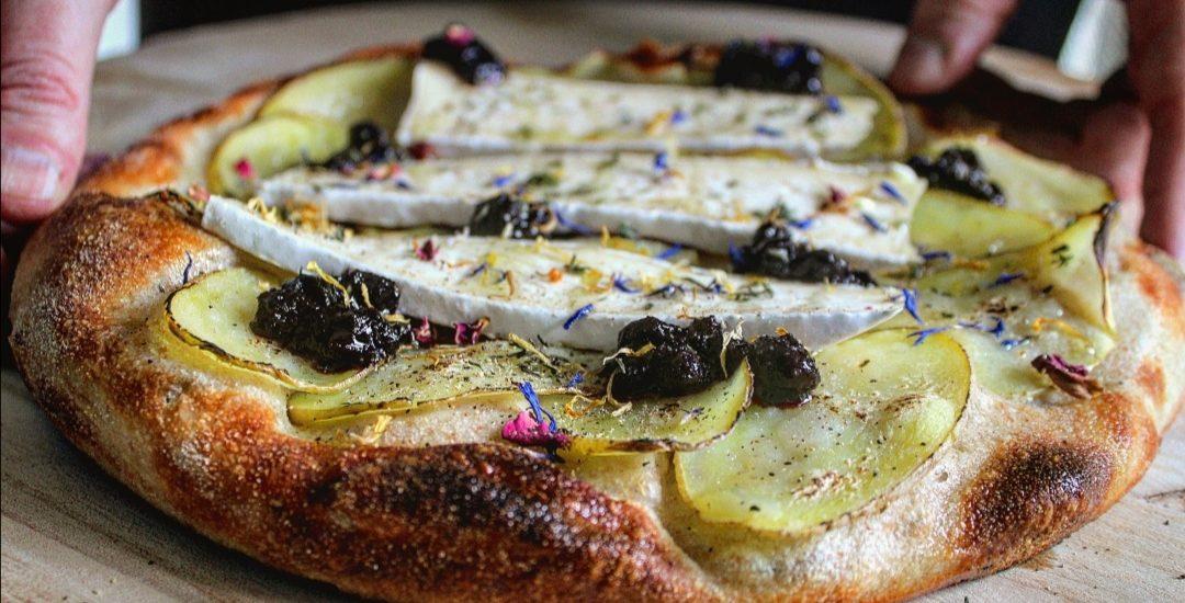 Pizza patate brie e confettura di mirtilli