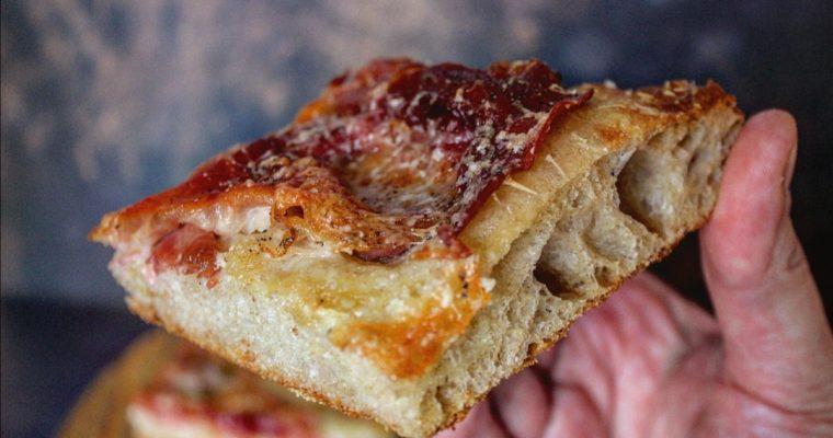 Pizza bianca prosciutto Parmigiano e mozzarella