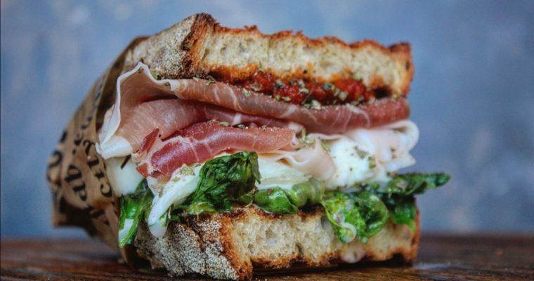 Sandwich scarola bufala prosciutto crudo e crema di pomodorini