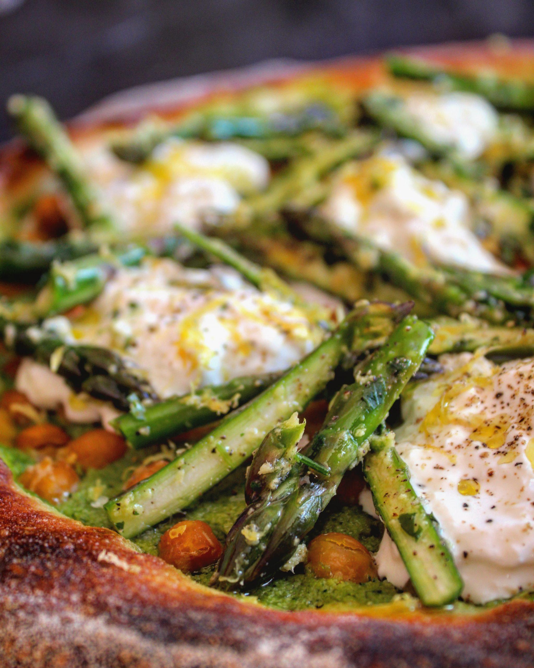 Pizza asparagi ceci e stracciatella