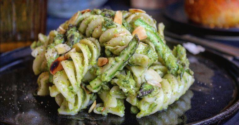Pasta con pesto di asparagi e mandorle