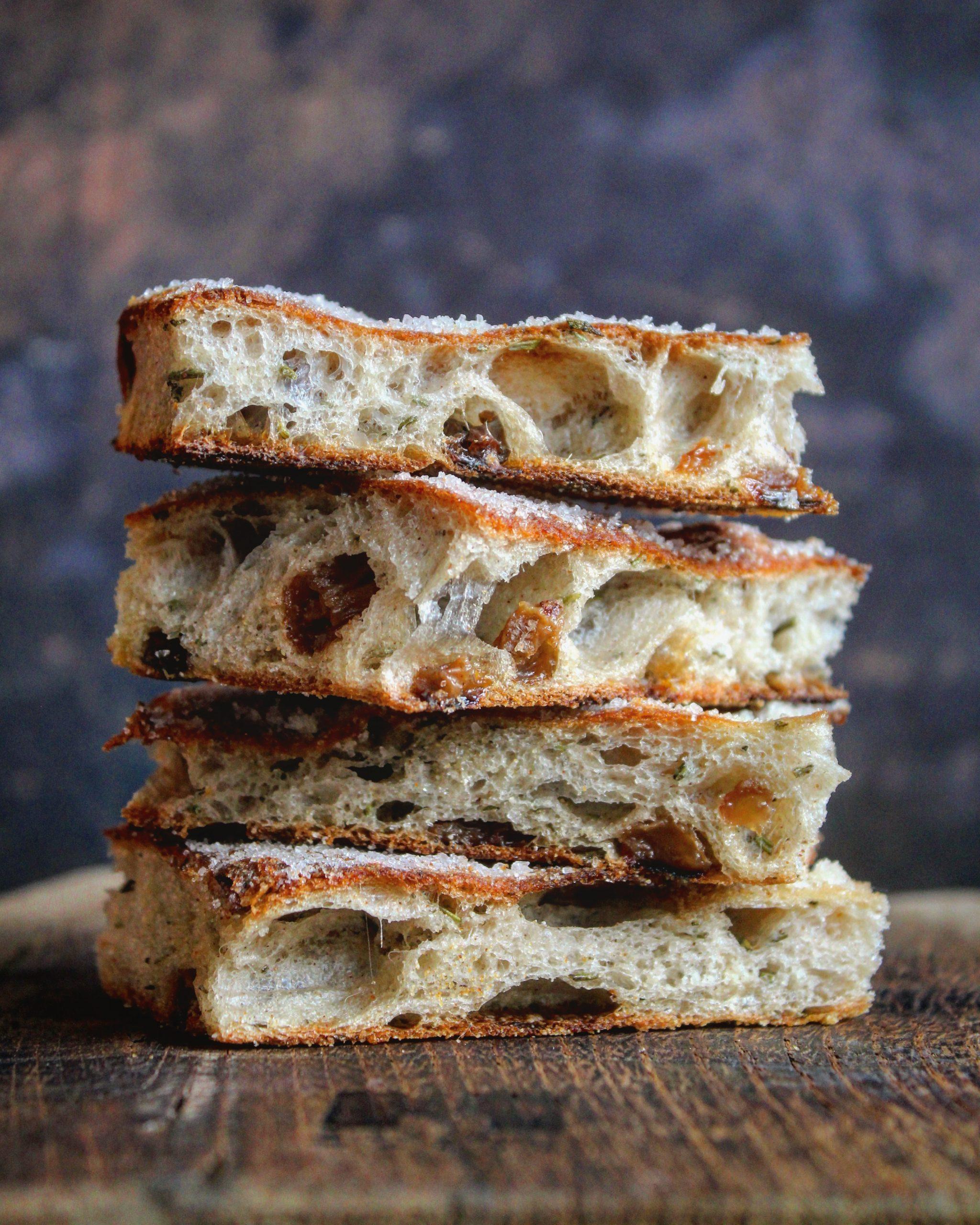 Focaccia dolce con uvetta cannella e rosmarino
