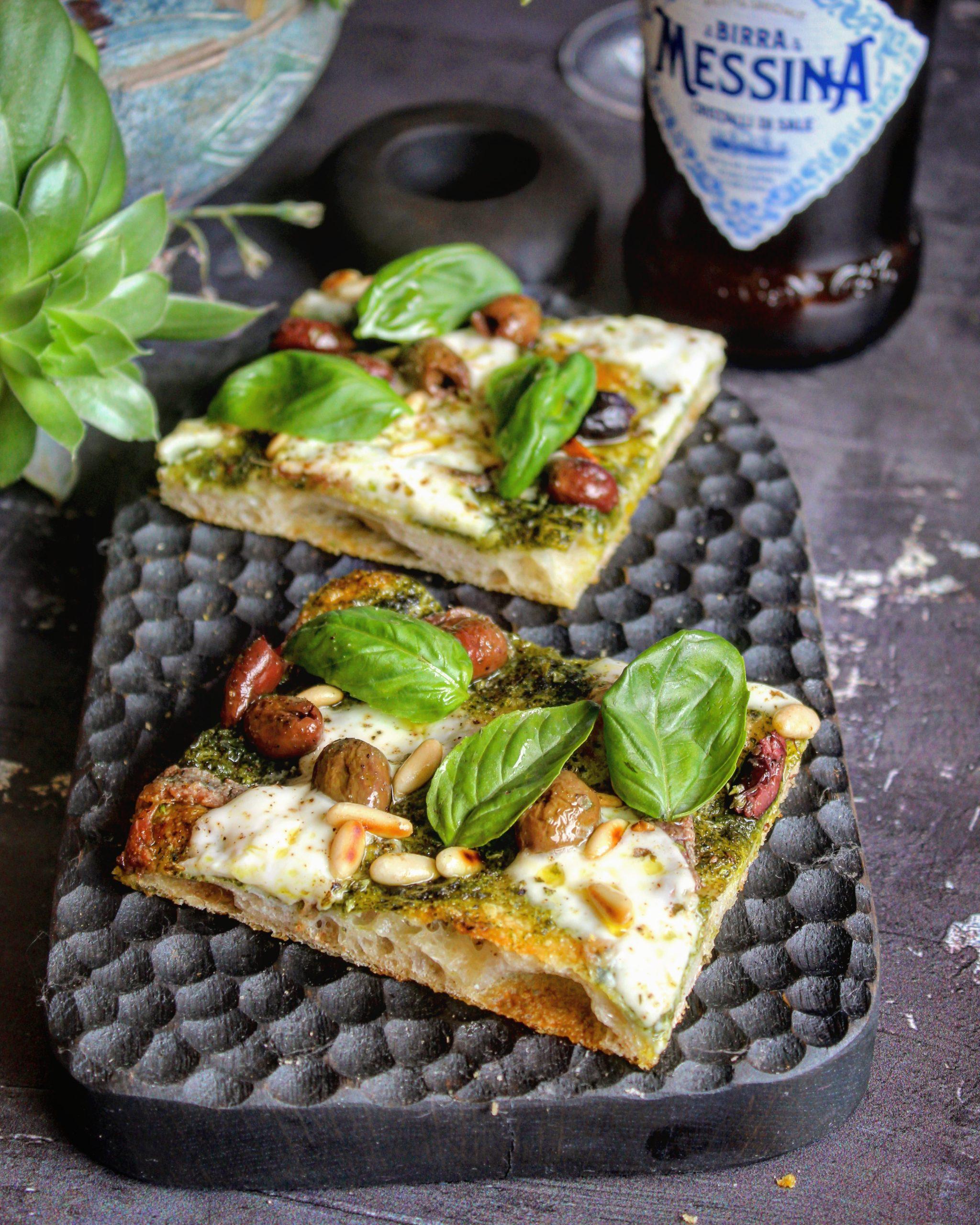 Pizza estratto al basilico acciughe taggiasche pinoli e squacquerone