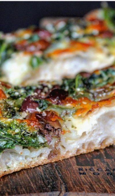 Pizza con cime di rapa provola taggiasche e sesamo
