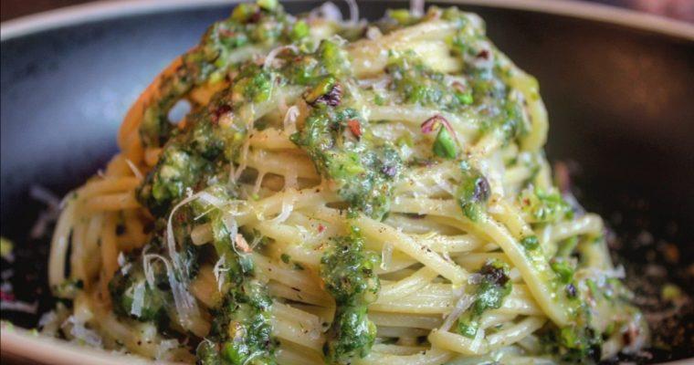 Spaghetti con basilico pistacchi e pecorino